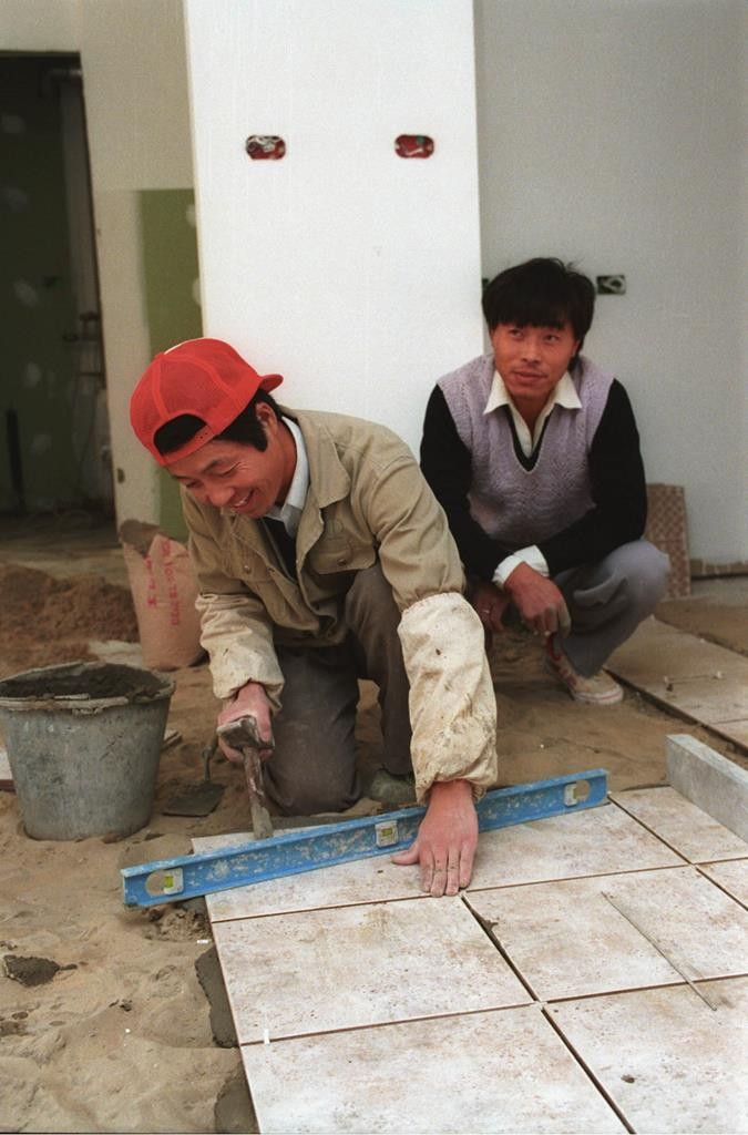 Chinese workers at a construction site in the Rehavia neighborhood of Yerushalayim. (Flash90)