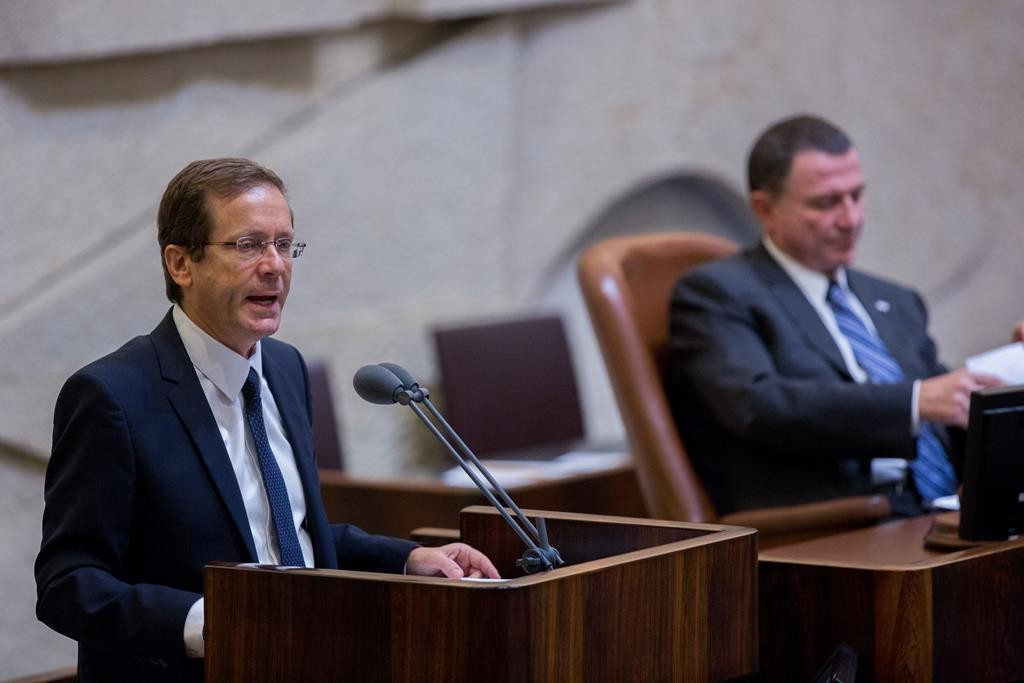 Leader of the Zionist Camp party Isaac Herzog addressing the Knesset. (Yonatan Sindel/Flash90)