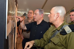 Israeli Minister of Defense Moshe Yaalon (L) seen with Prime Minister Binyamin Netanyahu (C) during a visit to the Jordanian border area on Sunday. (Ariel Hermoni/Ministry of Defense)