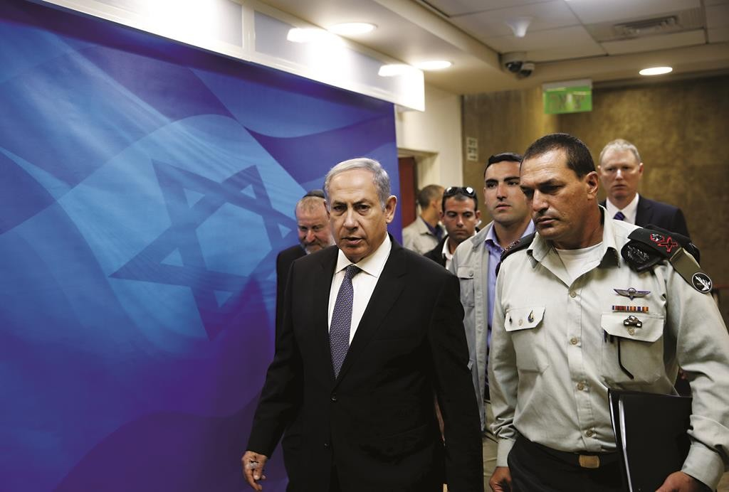 Prime Minister Binyamin Netanyahu arrives at the weekly cabinet meeting in Yerushalayim.  (Reuters/Ronen Zvulun)