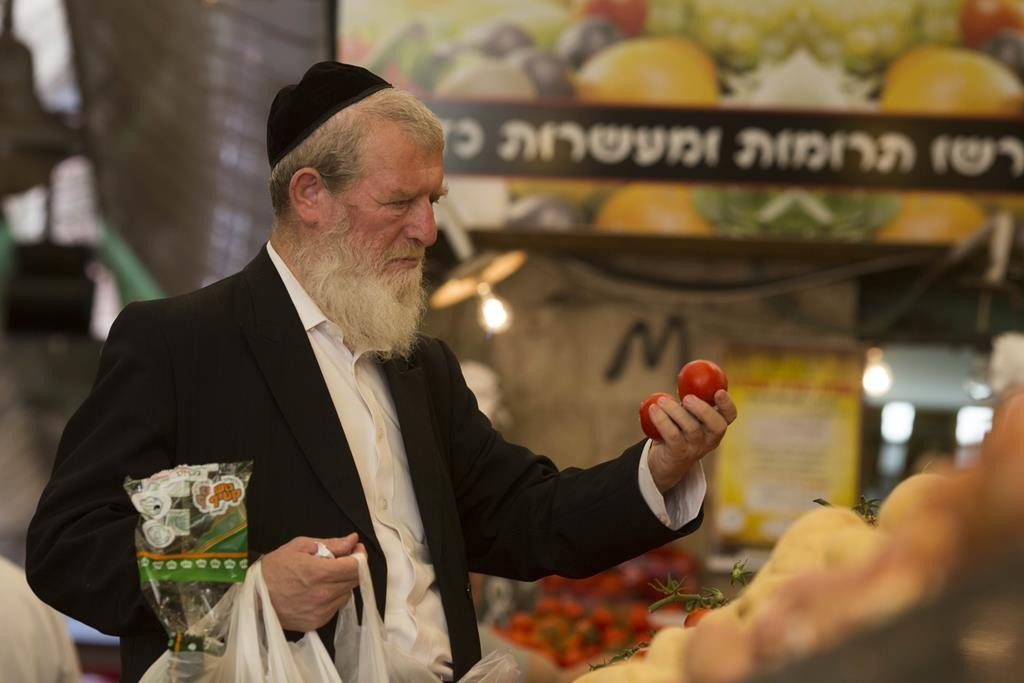 Buying tomatoes at the Machaneh Yehudah market in Yerushalayim. (Yonatan Sindel/Flash90)