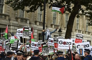 Pro-Israeli and pro-Palestinian demonstrators face off outside Downing Street in London on Wednesday during Prime Minister Binyamin Netanyahu's visit. (REUTERS/Toby Melville)