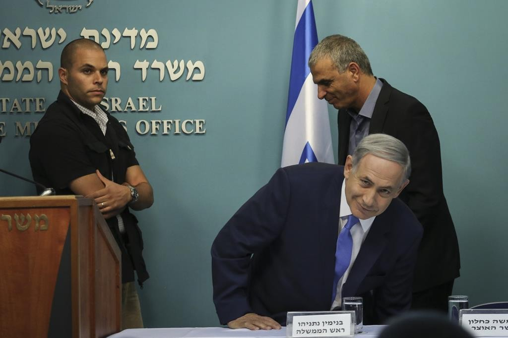 Prime Minister Binyamin Netanyahu and Finance Minister Moshe Kahlon at a press conference to announce tax breaks on Thursday. (Hadas Parush/Flash90)