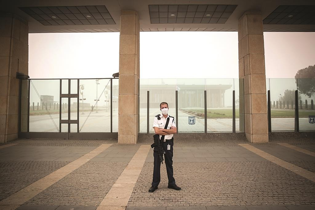 A Knesset security guard stands at his position with a face cover at the Knesset in Jerusalem on September 8, 2015, as a sand storm hit across Israel. Photo by Hadas Parush/Flash90 *** Local Caption *** àåáê ñåôú çåì ëðñú ùåîø îùîø äëðñú ëéñåé ôä éøåùìéí îæâ àåéø