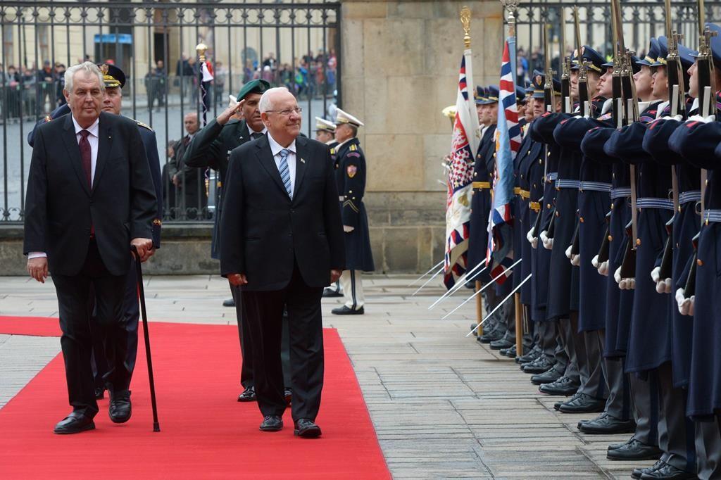Israeli President Reuven Rivlin seen with Czech President Milos Zeman, at a welcoming ceremony in Rivlin's honor in Prague, Wednesday. (Mark Neyman/GPO)