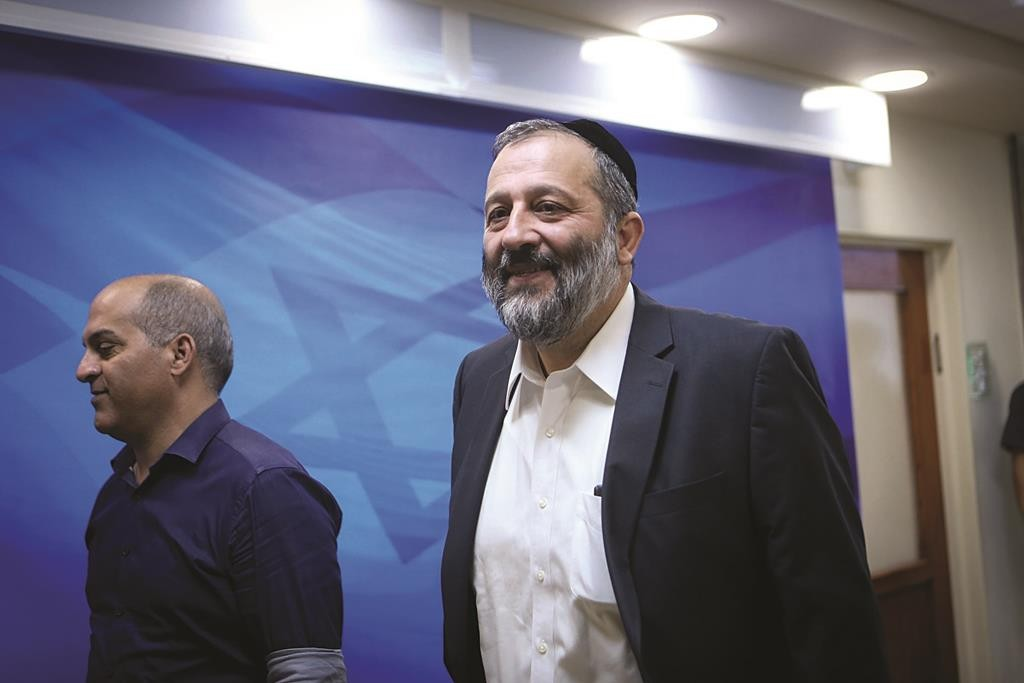 Israeli Minister of Economics Aryeh Deri arrives to the weekly government conference, at PM Netanyahu's office in Jerusalem, on October 25, 2015. Photo by Alex Kolomoisky/POOL *** Local Caption *** éùéáú îîùìä ùø úùúéåú àøéä ãøòé