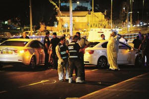Israeli security seen at the site where a Palestinian terrorist stabbed a 25-year-old Israeli outside a shopping mall in Petach Tikvah, on Wednesday. (FLASH90)