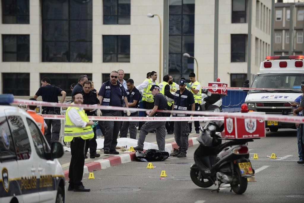 Police and emergency response units on the scene where a stabbing attack took place outside IDF Headquarters in central Tel Aviv on Thursday. (Tomer Neuberg/Flash90)