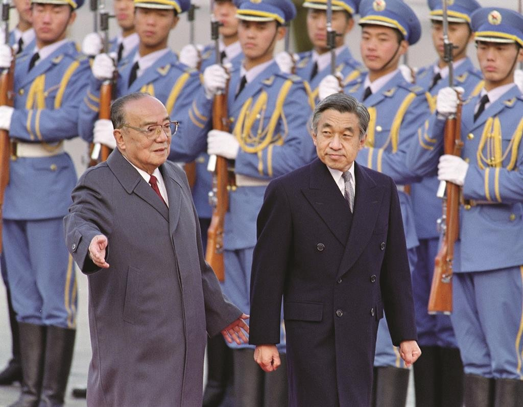 Chinese President Yang Shangkun (L) and Japanese Emperor Akihito review the honor guard in front of the Great Hall of the People in Beijing, on October 23, 1992.  (Mike Fiala/AFP/GettyImages)