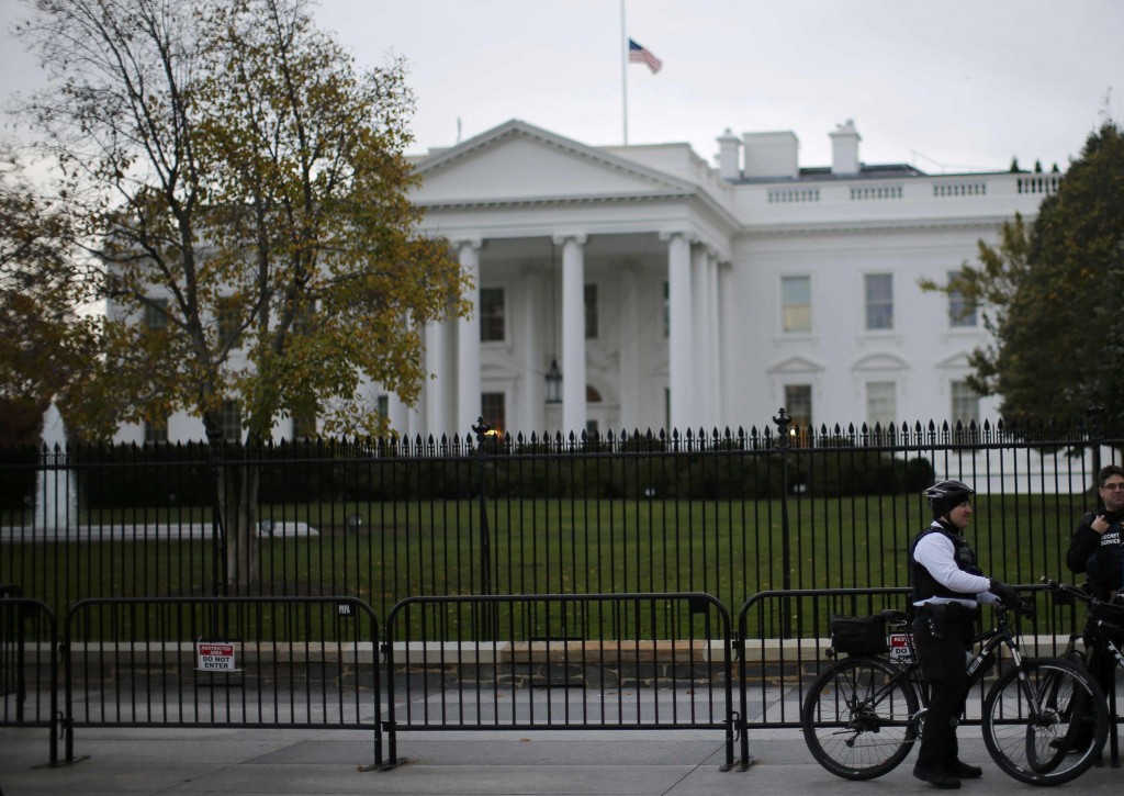 Uniformed Secret Service officers keep watch outside the White House. (Reuters/Carlos Barria)