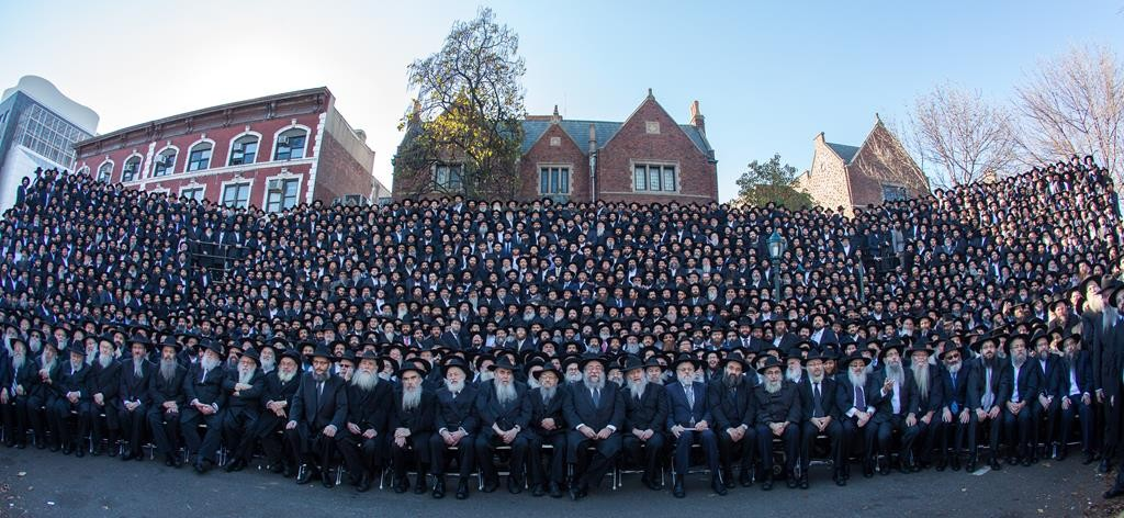 More than 5,000 Chabad shluchim from 86 countries gathered on Sunday for a group photo in front of the World Lubavitch Headquarters in Crown Heights. (Mendel Benhamou)