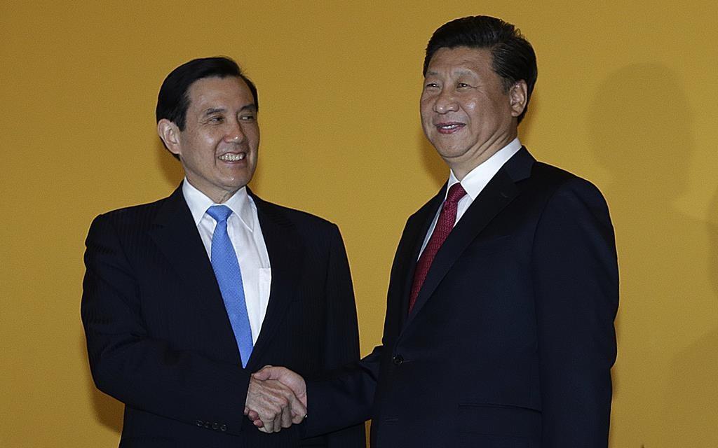 Chinese President Xi Jinping (R) and Taiwanese President Ma Ying-jeou shake hands at the Shangri-la Hotel on Nov. 7, in Singapore.  (AP Photo/Wong Maye-E)