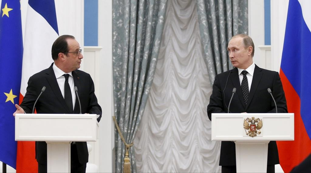 Russia's President VladimirPutin(R) and his French counterpart Francois Hollande (L) attend a news conference after a meeting at the Kremlin in Moscow, Russia, Thursday. (REUTERS/Alexander Zemlianichenko/Pool)