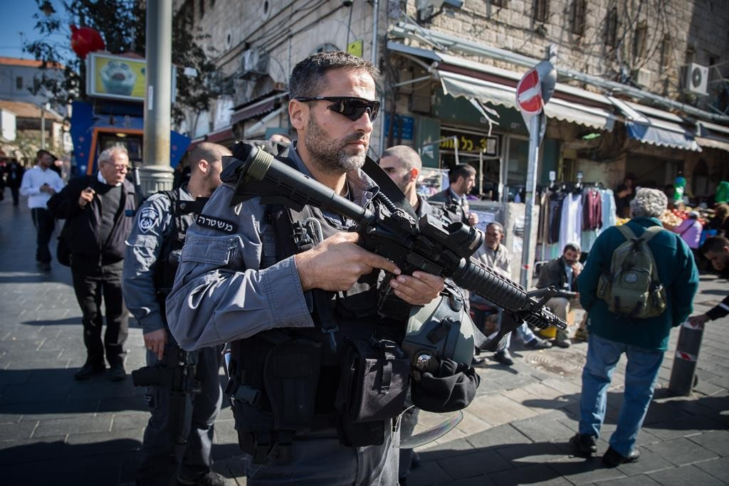 Israeli security personnel at the Machaneh Yehudah market in central Yerushalayim, where terrorists injured two people in a stabbing attack on Monday afternoon. (Yonatan Sindel/Flash90)