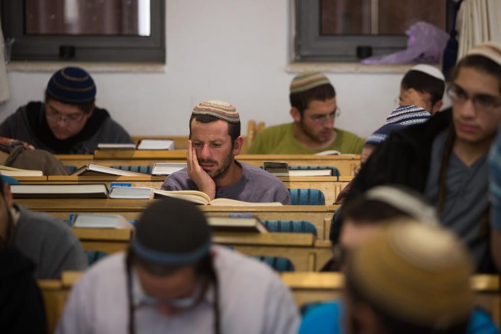 Learning at the Ayelet Hashachar shulin Givat Ze'ev, Nov. 4.  (Yonatan Sindel/Flash90)