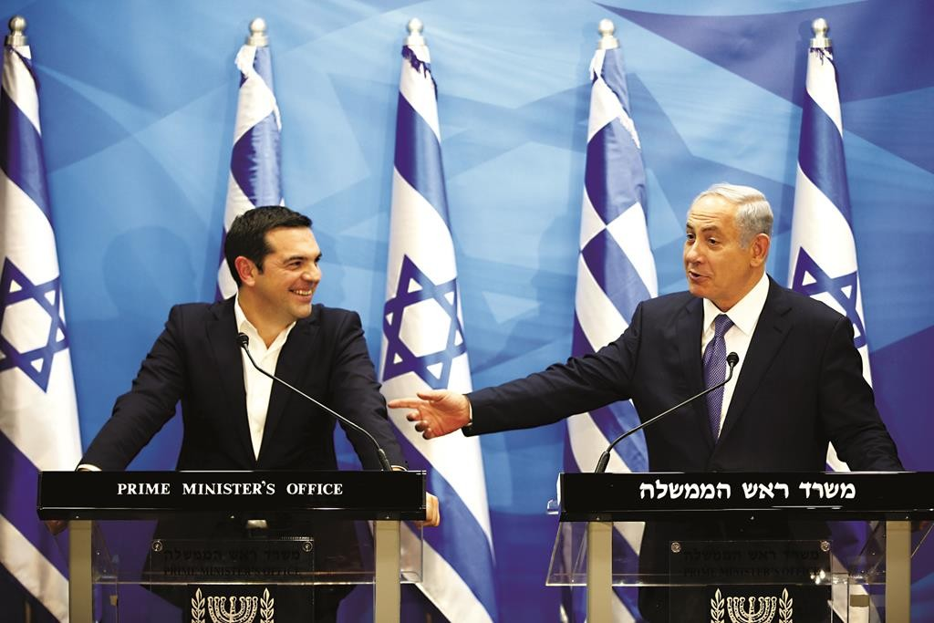Israeli Prime Minister Benjamin Netanyahu (R) gestures as he delivers a joint statement with his Greek counterpart Alexis Tsipras in Yerushalayim, November 25, 2015.  (REUTERS/Ronen Zvulun)