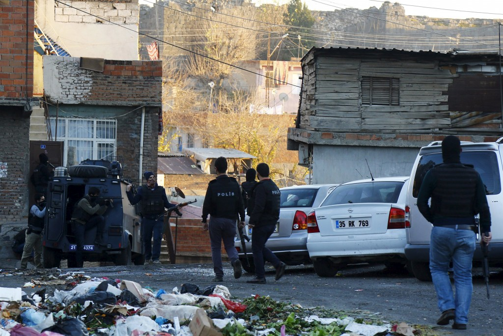 Members of Turkish police special forces clash with Kurdish militants in Yenisehir district of the southeastern city of Diyarbakir, Turkey, December 24, 2015. REUTERS/Sertac Kayar