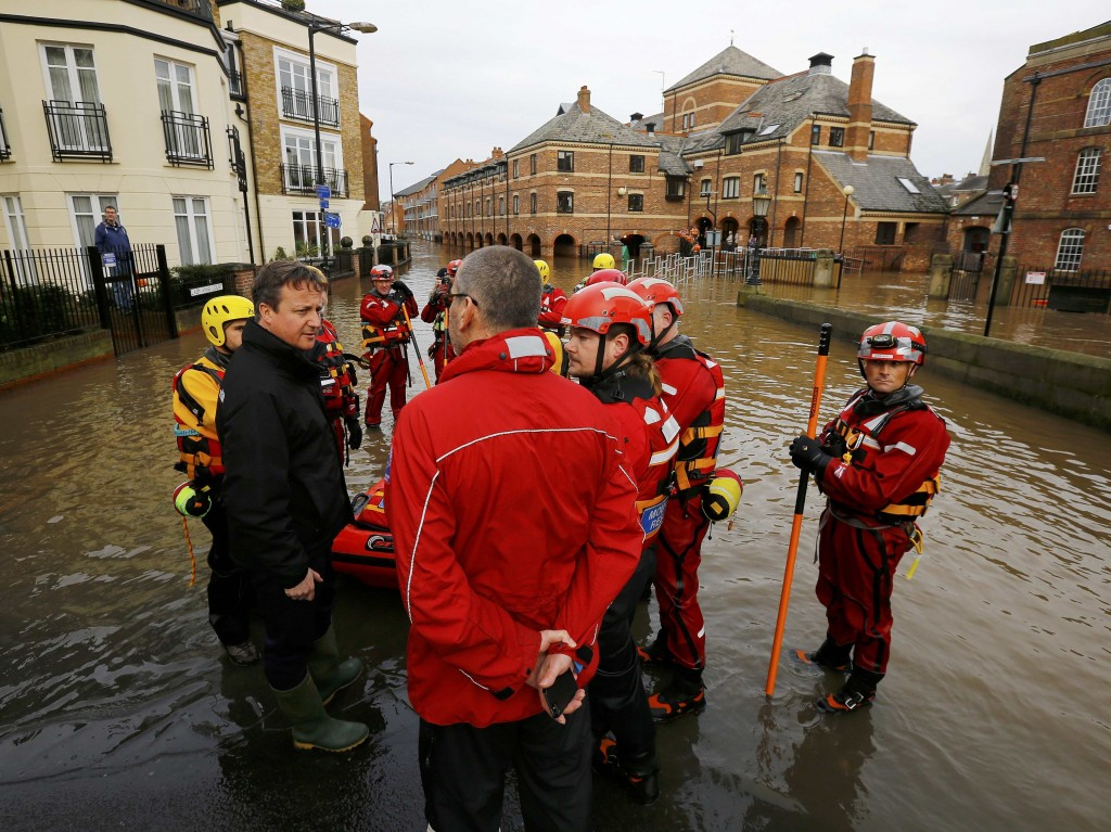 Britain's Prime Minister David Cameron greets soldiers working on flood relief in York city centre after the river Ouse burst its banks, in northern England, December 28, 2015.  REUTERS/Darren Staples