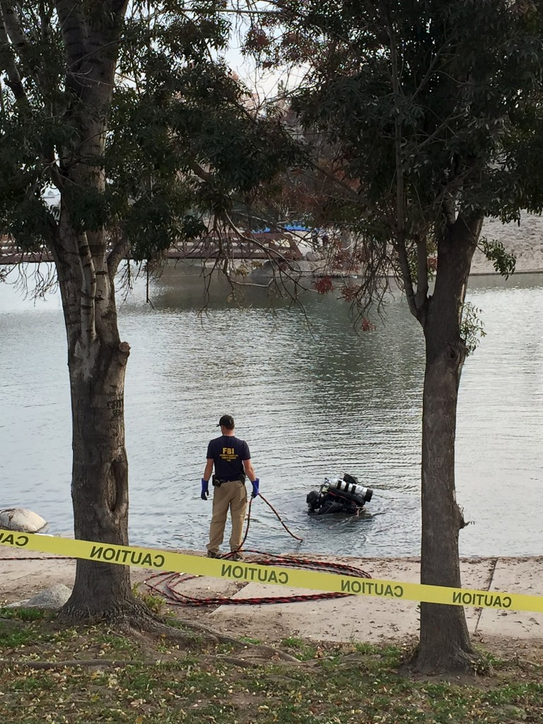 FBI investigators and divers search the lake at Seccombe Lake Park in San Bernardino, California December 10, 2015. REUTERS/Alexandria Sage EDITORIAL USE ONLY. NO RESALES. NO ARCHIVE