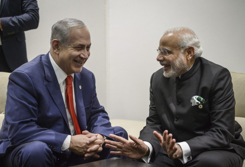 Israeli Prime Minister Benjamin Netanyahu meets with Indian Prime Minister Narendra Modi during the COP21, United Nations Climate Change Conference, in Le Bourget, outside Paris on November 30, 2015. Amos Ben Gershom/GPO *** Local Caption *** בנימין נתניהו ביבי הודו נרנדה מודי ראש הממשלה ועידת האקלים פגישה לחיצת יד ישראל פריז