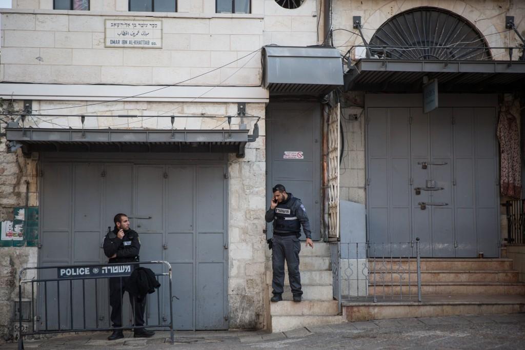 Israeli policemen stand guard near Jaffa Gate in Jerusalem's Old City, at the site where a stabbing attack took place on the previous day, killing two Israelis. December 24, 2015. Photo by Hadas Parush/Flash90 *** Local Caption *** éøåùìéí òéø òúé÷ä úééøéí úééøåú ôéâåò èøåø ã÷éøä øöç ùòø éôå éåí àçøé
