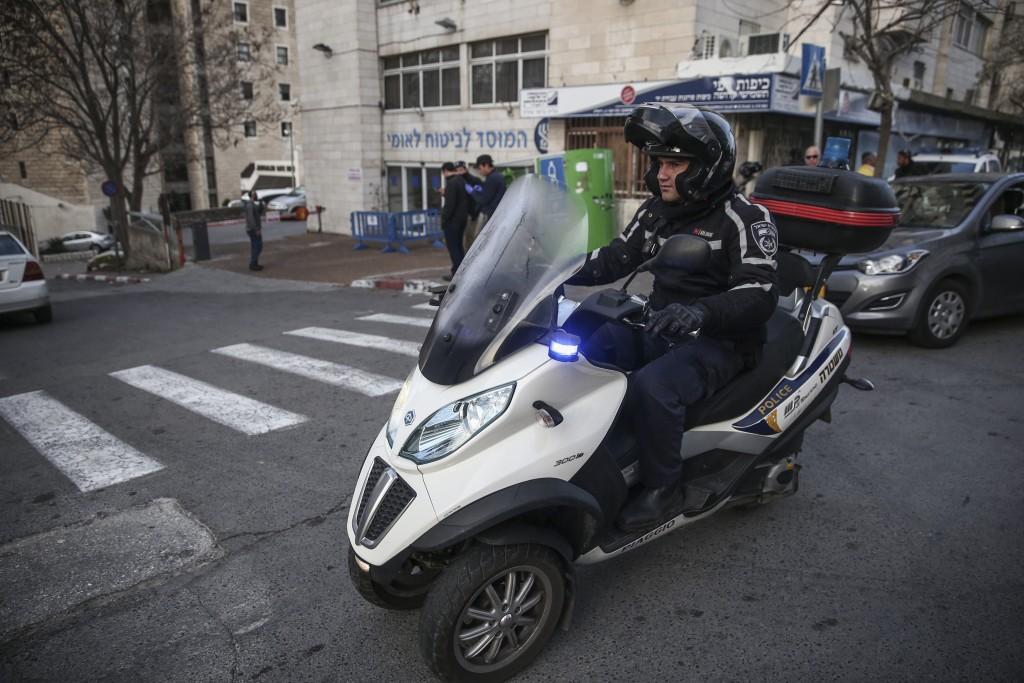 Police at the scene where a Palestinian stabbed an Israeli soldier before being shot and arrested, near the Jerusalem Central Bus Station, on December 27, 2015. Photo by Flash90 *** Local Caption *** éøåùìéí æéøä ôéâåò ã÷éøä