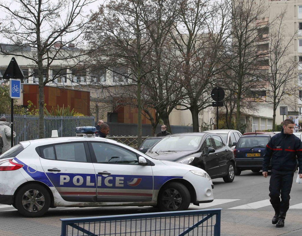 French police and firefighters are seen in front of the nursery school where a hooded man claiming to be acting for Islamic State attacked a  teacher with a knife in Aubervilliers, near Paris, France, December 14, 2015.  REUTERS/Charles Platiau