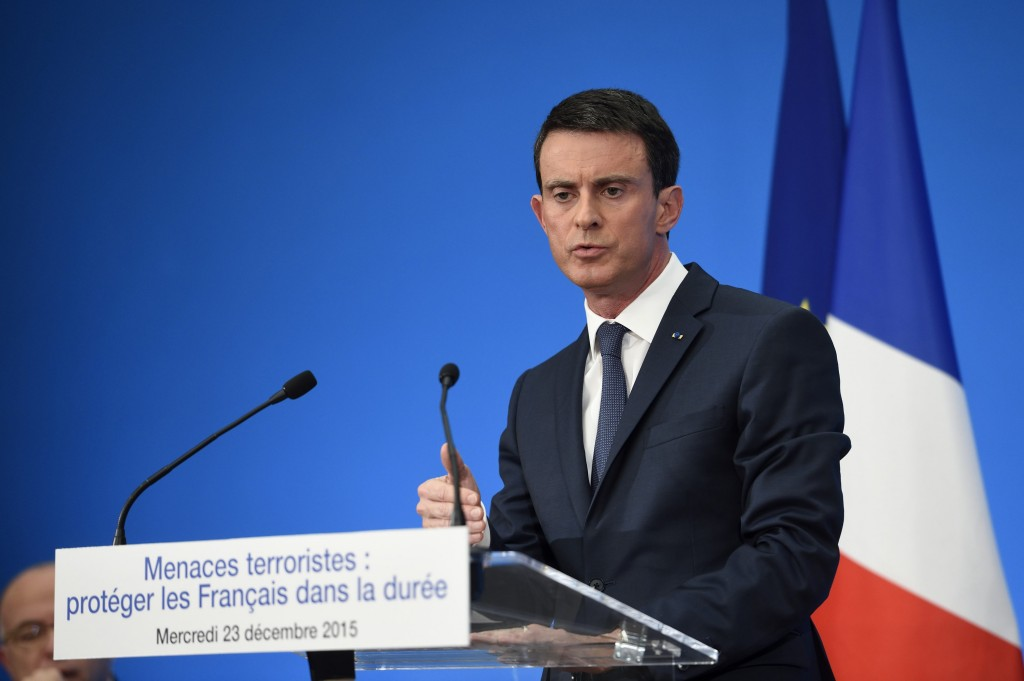French Prime Minister Manuel Valls speaks during a press conference to present reform proposals, agreed by the government today, at the Elysee Palace in Paris, France, December 23, 2015. The French government will go ahead with contested plans to strip dual citizens of their French nationality in terrorism cases, Prime Minister Valls said on Wednesday, brushing aside his own justice minister's concerns. REUTERS/Eric Feferberg/Pool
