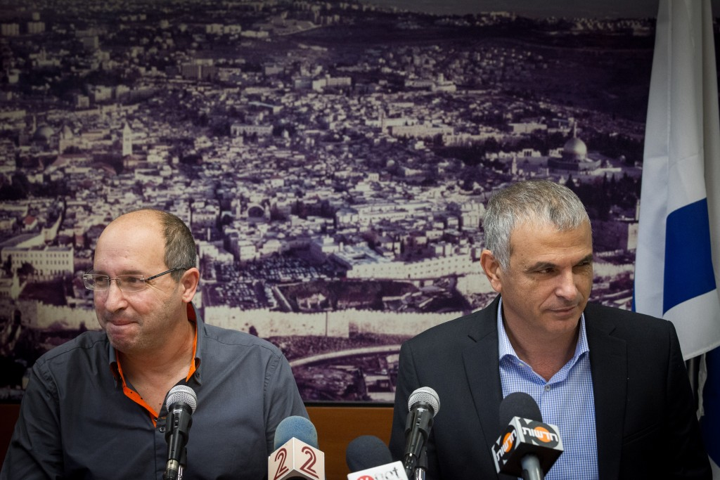Histadrut Chairman Avi Nissankorn (L) and Finance Minister Moshe Kahlon (R) seen withduring a press conference on December 9, 2015. Photo by Miriam Alster/FLASH90