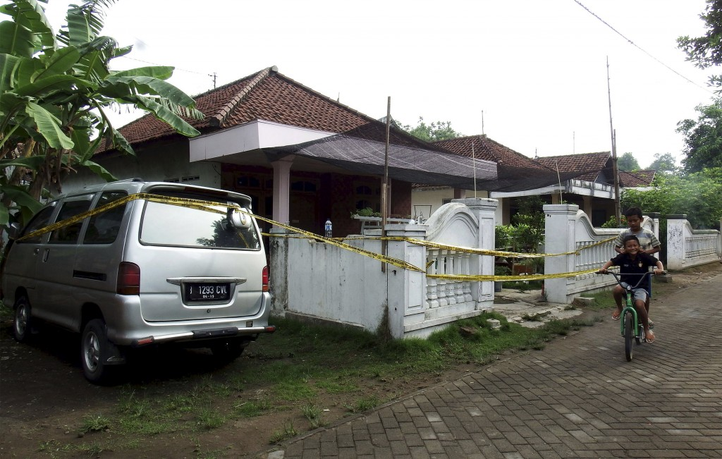 Children ride a bike past a house with police tape around it, following a raid by anti-terror police in Mojokerto, East Java, Indonesia December 20, 2015 in this photo taken by Antara Foto.  Indonesian counter-terrorism police said on Sunday they had arrested suspected Islamist militants in locations across the island of Java, foiling separate plots to bomb minority Shia communities and target Christmas and New Year celebrations.  REUTERS/Syaiful Arif/Antara Foto ATTENTION EDITORS - THIS IMAGE HAS BEEN SUPPLIED BY A THIRD PARTY. IT IS DISTRIBUTED, EXACTLY AS RECEIVED BY REUTERS, AS A SERVICE TO CLIENTS. FOR EDITORIAL USE ONLY. NOT FOR SALE FOR MARKETING OR ADVERTISING CAMPAIGNS MANDATORY CREDIT. INDONESIA OUT. NO COMMERCIAL OR EDITORIAL SALES IN INDONESIA.      TPX IMAGES OF THE DAY
