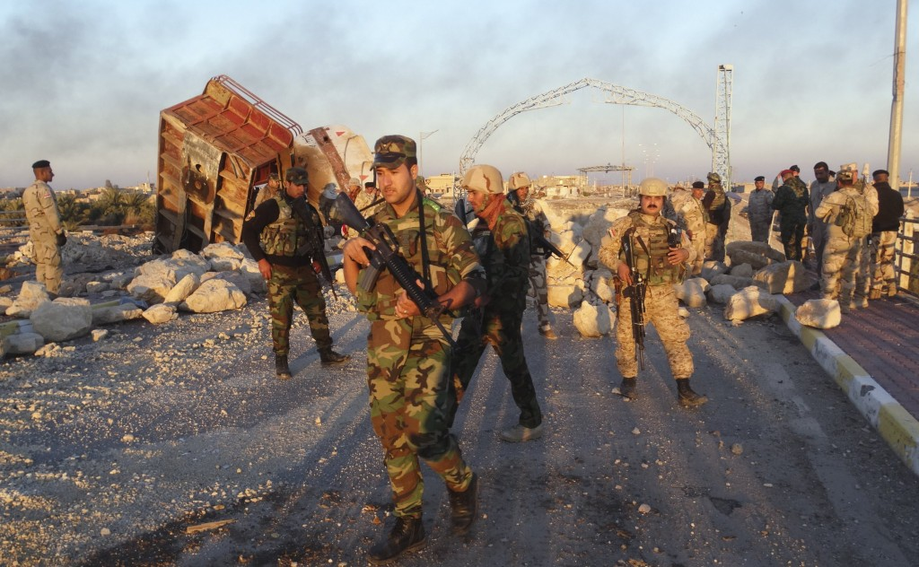 Iraqi security forces gather to advance towards the centre of Ramadi city, December 25, 2015. Iraqi troops who have fought their way deep into the Islamic State stronghold of Ramadi were consolidating their positions on Friday ahead of a planned final assault to capture the city. Picture taken December 25, 2015. REUTERS/Stringer FOR EDITORIAL USE ONLY. NO RESALES. NO ARCHIVE.