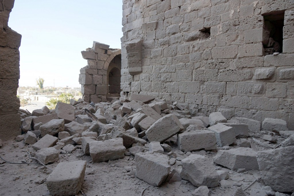 Damage is seen on the wall at the western part of Bosra's ancient citadel after what activists said was an airstrike by forces loyal to Syria's president Bashar al-Assad in the historic Syrian southern town of Bosra al-Sham, Deraa, Syria December 23, 2015. Pictures taken December 23, 2015. REUTERS/Alaa Al-Faqir
