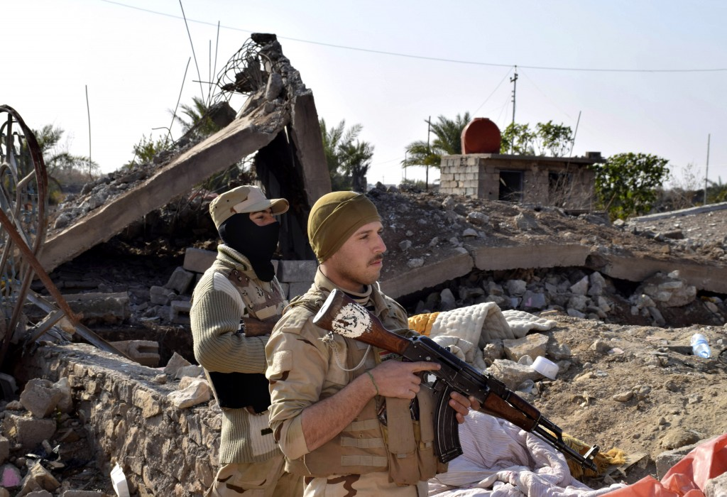 Iraqi soldiers advance their position in northern Ramadi, 70 miles (115 kilometers) west of Baghdad, Iraq, Monday, Dec. 21, 2015. (AP Photo)