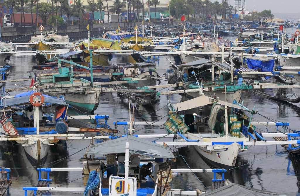 Fishing boats are docked at the Manila bay in Navotas city, north of the capital December 15, 2015, after Philippine Coastguard prohibited small boats from sailing due to heavy current and winds brought by Typhoon Melor. Wide areas of the central Philippines were plunged into darkness on Tuesday as powerful typhoon Melor barreled into the coconut-growing region, causing flooding, storm surges and forcing almost 800,000 people to evacuate their homes, officials said. REUTERS/Romeo Ranoco