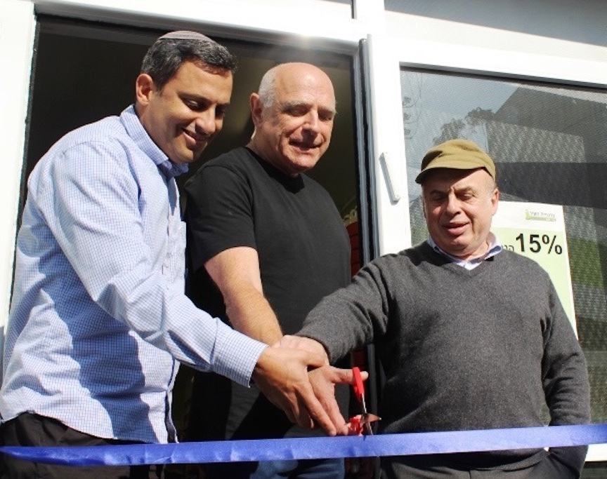 derot Mayor Alon Davidi, IVN Vice-Chairman Benny Levin, and Jewish Agency Chairman Natan Sharansky formally open the first branch of Tzarchaniyat Ha'Ir in Sderot, December 21, 2015. Photo credit: Nathan Roi for The Jewish Agency for Israel.