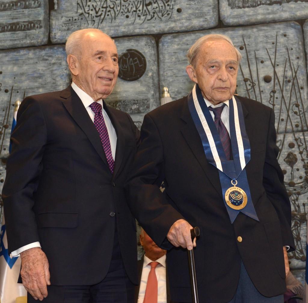Former President Shimon Peres presents Doctor Harry Zvi Tabor the Presidential award at the president's residence in Jerusalem. January 30, 2014. Photo by Mark Neyman/GPO/Flash90