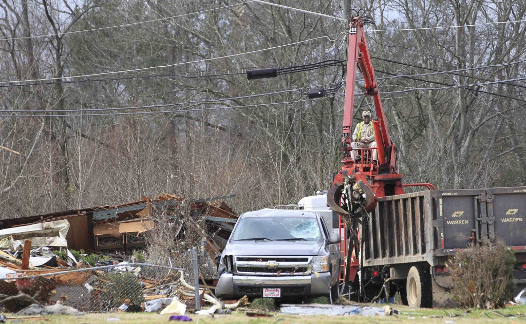 City crews clean up the damage caused by a tornado in a neighborhood in Birmingham, Alabama, December 26, 2015.  A tornado struck Birmingham on Friday, damaging houses, uprooting trees and injuring at least three people in the state's largest city, law enforcement and weather officials said. REUTERS/Marvin Gentry