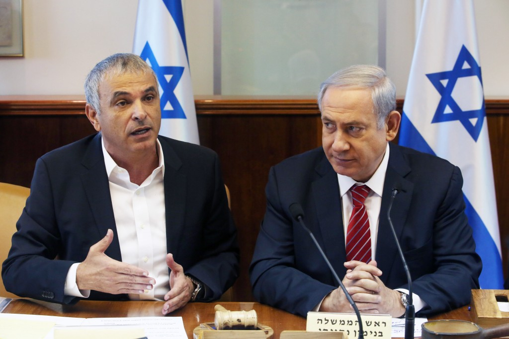 Finance Minister Moshe Kahlon (L) seen with Prime Minister Binyamin Netanyahu announce the new plan for small businesses, December 27, 2015. Photo by Marc Israel Sellem/POOL