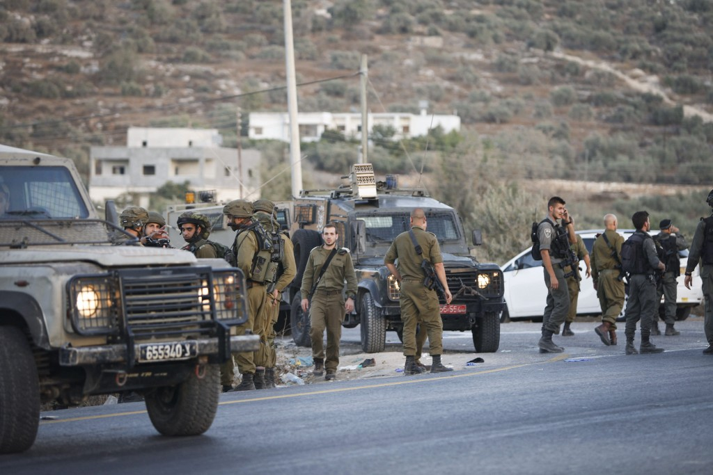 Israeli soldiers at the scene where a Palestinian man attempted to stab an Israeli soldier and was shot dead at the Tapuach Junction, August 15, 2015. Photo by Flash90