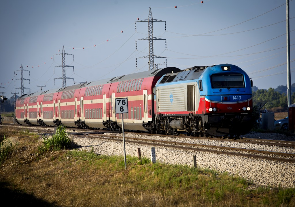 **FILE** Israeli public train seen driving through the Hefer Valley. June 24, 2013. Photo by Moshe Shai/FLASH90 *** Local Caption *** øëáú ðåñòéí òî÷ çôø