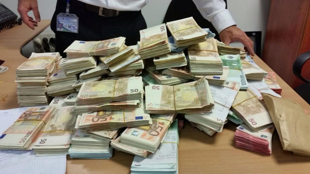 The seized euros (Customs Authority)