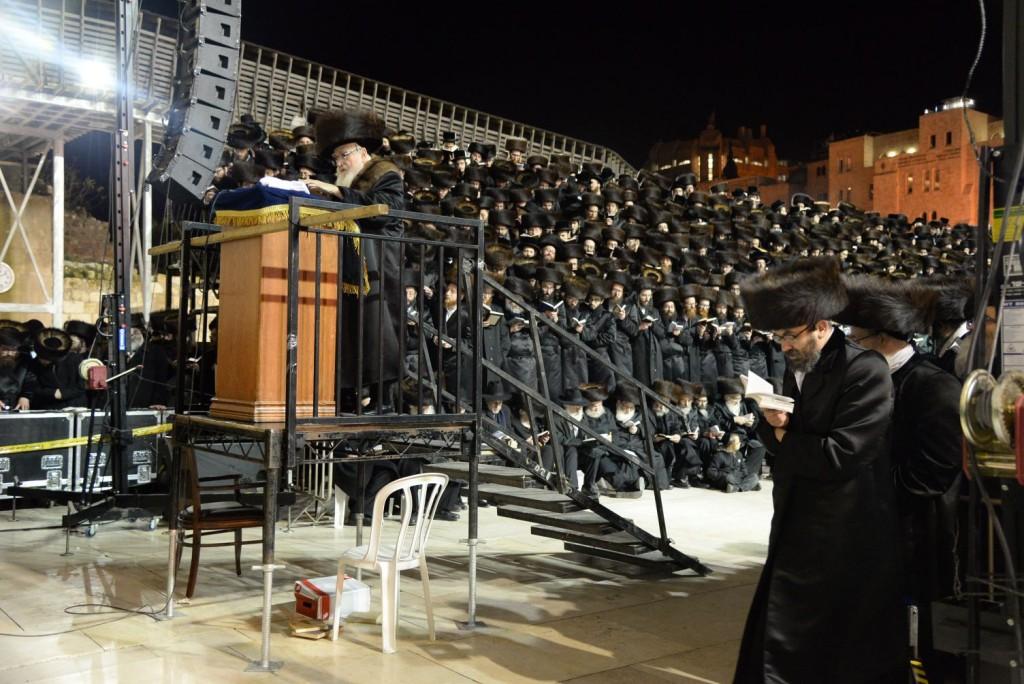 Skver Rebbe by the Kosel on Motzai Shabbos (JDN)