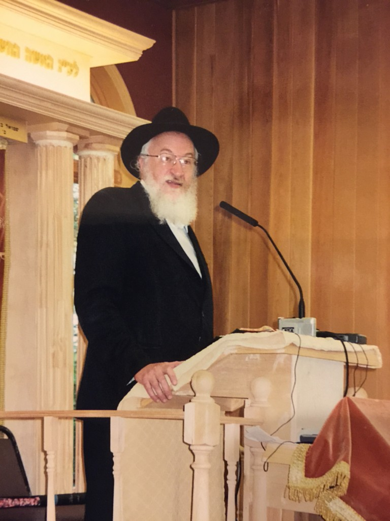 Rabbi Belsky speaking in Camp Agudah in 2004.