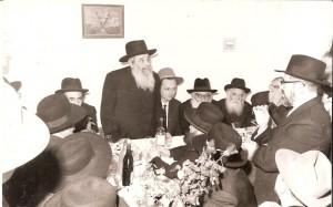 JDN L-R: Harav Moshe Chevroni; Harav Chazkel Sarne (standing); Harav Refael Shmulevitz, the chassan; Harav Leizer Yehudah Finkel, Harav Aharon Kotler, zecher tzaddikim livrachah.