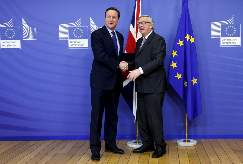 Britain's Prime Minister David Cameron poses with European Commission President Jean-Claude Juncker (R) ahead of a meeting at the EU Commission headquarters in Brussels, Belgium, January 29, 2016. REUTERS/Francois Lenoir
