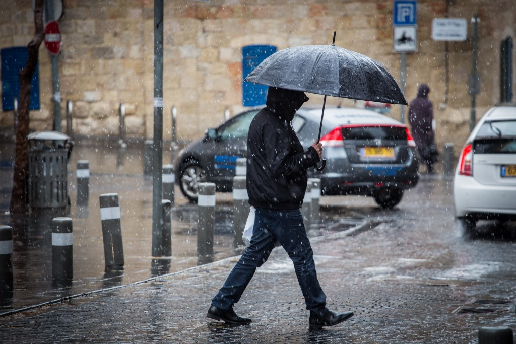 Snow falls in central Yerushalayim on Monday. (Hadas Parush/Flash90)