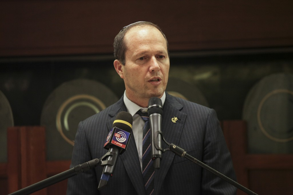 Jerusalem Mayor Nir Barkat, family, friends, and members of the Har Nof synagogue, attend the memorial ceremony marking one year since the deadly terror attack on the synagogue worshippers at the Har Nof neighborhood of Jerusalem, on November 18, 2015. Photo by Flash90 *** Local Caption *** èøåø àæëøä è÷ñ  æëø ùðä ÷åøáðåú ôéâåò áéú äëðñú äø ðåó éøåùìéí îùôçä çáøéí øàù äòéø ðéø áø÷ú