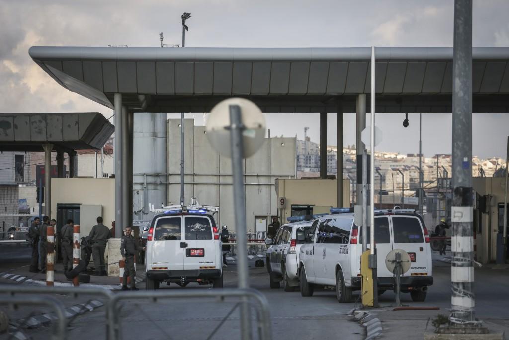 Israeli security at the Qalandiya Checkpoint after an attempted driving terror attack, on December 18, 2015. Photo by Hadas Parush/Flash90 *** Local Caption *** ôéâåòÏãøéñä èøåø ðéñéåï ôìñèéðé îçñåí ÷ìðãéä îùèøä ùåèøéí