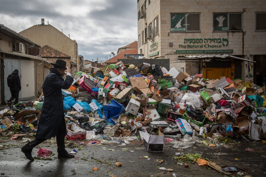 Piles of garbage at the Machane Yehuda Market in Yerushalayim on Sunday, the fourth consecutive day without garbage removal, before an agreement was reached with the sanitation union on Sunday night.. (Hadas Parush/ Flash90)