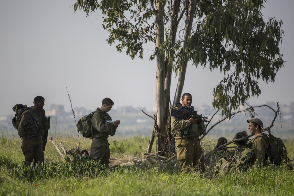 IDF soldiers seen at a point by the Gaza border, near Kibbutz Nahal Oz, in Southern Israel, on January 13, 2016. (Hadas Parush/Flash90)